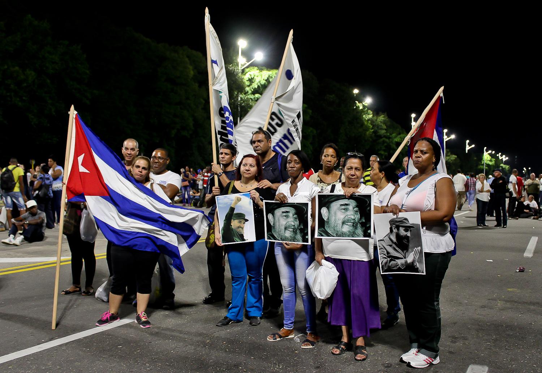 Miembros del público en el acto de masas celebrando la vida de Fidel. La Habana, Cuba. 29 de noviembre. Foto de Nicola Chávez Courtright.