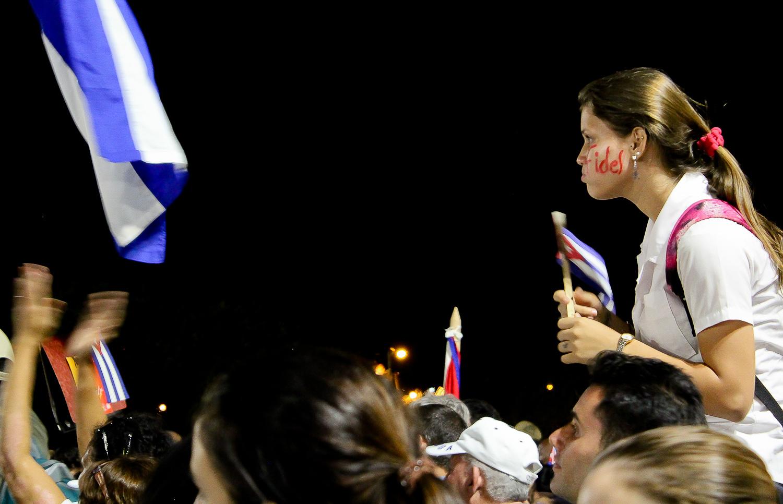 Una joven expresa su apoyo a Fidel en el acto de masas. La Habana, Cuba. 29 de noviembre. Foto de Nicola Chávez Courtright.