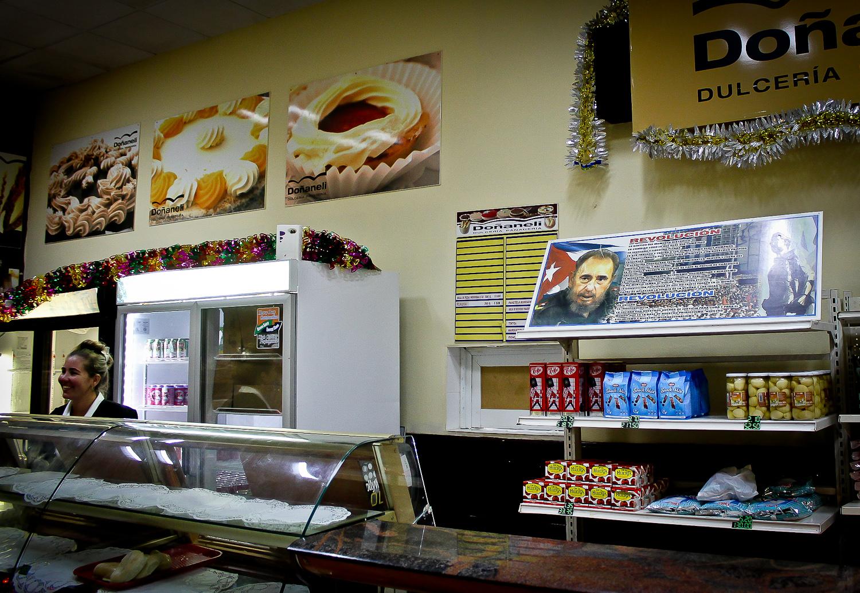 Una panadería despliega el concepto de revolución que Fidel Castro manifestó en 2006. En los días después de su muerte, todos los cubanos debieron firmar un documento manifestando su compromiso a este concepto. Camagüey, Cuba. 3 de diciembre. Foto de Nicola Chávez Courtright.