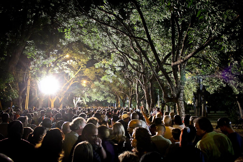 Miles esperan en fila para despedirse de los restos de Fidel Castro en La Habana, Cuba. Foto de Nicola Chávez Courtright.