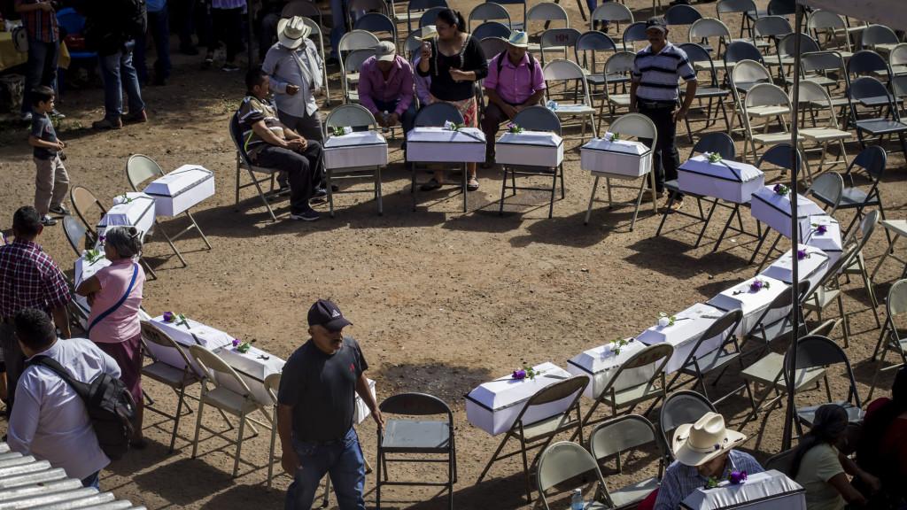 Vista general de las 21 cajas conteniendo osamentas de las víctimas de la masacre de la Joya, previo al acto gubernamental en el Caserío El Mozote, en Morazán, El Salvador, donde se hizo una conmemoración por el 35 Aniversario de la masacre atribuída al Ejercito Salvadoreño. Foto FACTUM/Salvador MELENDEZ
