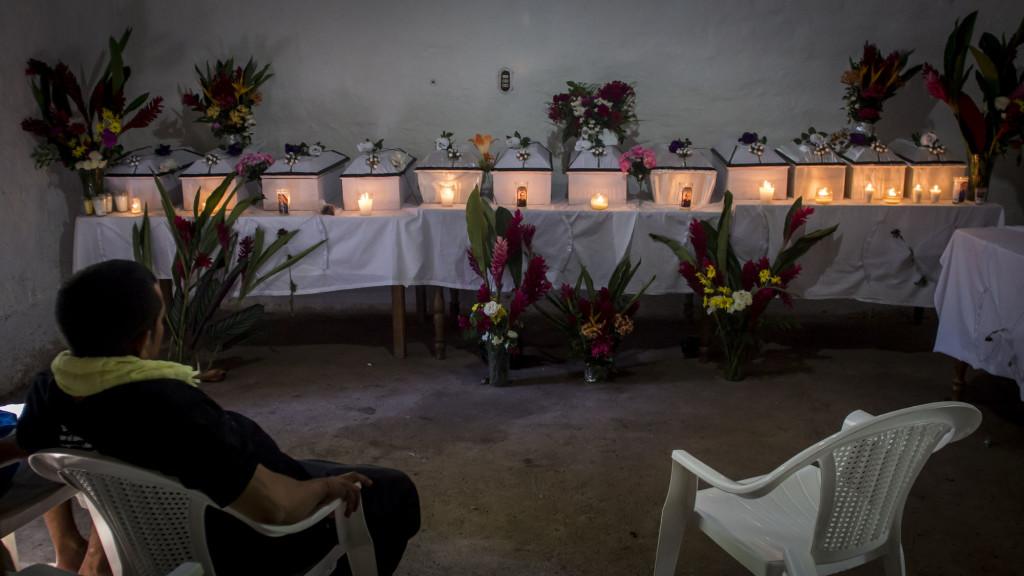 Jacobo Sánchez Martínez permanece solo frente a 12 pequeñas urnas conteniendo las osamentas de personas asesinadas hace 35 años por soldados del Batallón Atlacatl en el Cantón La Joya, Morazán. Foto FACTUM/Salvador MELENDEZ