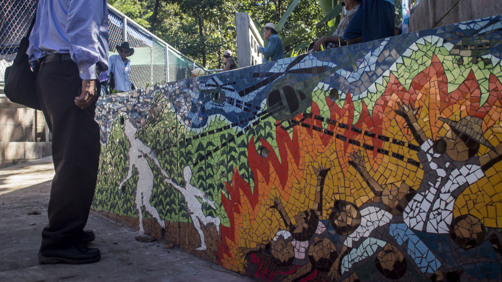 Detalle del muro de entrada al Memorial por las víctimas de La Joya, donde se representa los bombardeos aéreos por parte del ejercito salvadoreño durante la guerra en 1981. Foto FACTUM/Salvador MELENDEZ