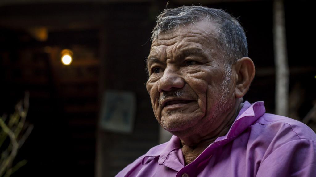 José Santos Sánchez, de 73 años, sale de su vivienda construida con lámina hacia la velación de sus familiares. Santos contó a FACTUM como logró escapar junto a sus dos hijos mayores de la masacre en La Joya. Foto FACTUM/Salvador MELENDEZ