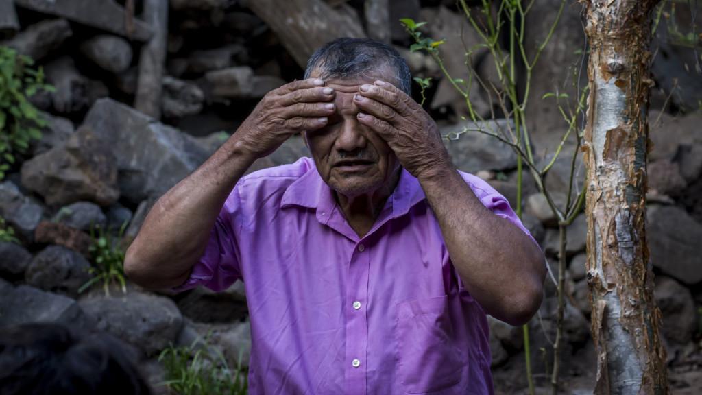 José Santos Sánchez, de 73 años, narra como fue torturado por el ejercito en 1981 por vivir en una zona bajo control de la guerilla. Foto FACTUM/Salvador MELENDEZ