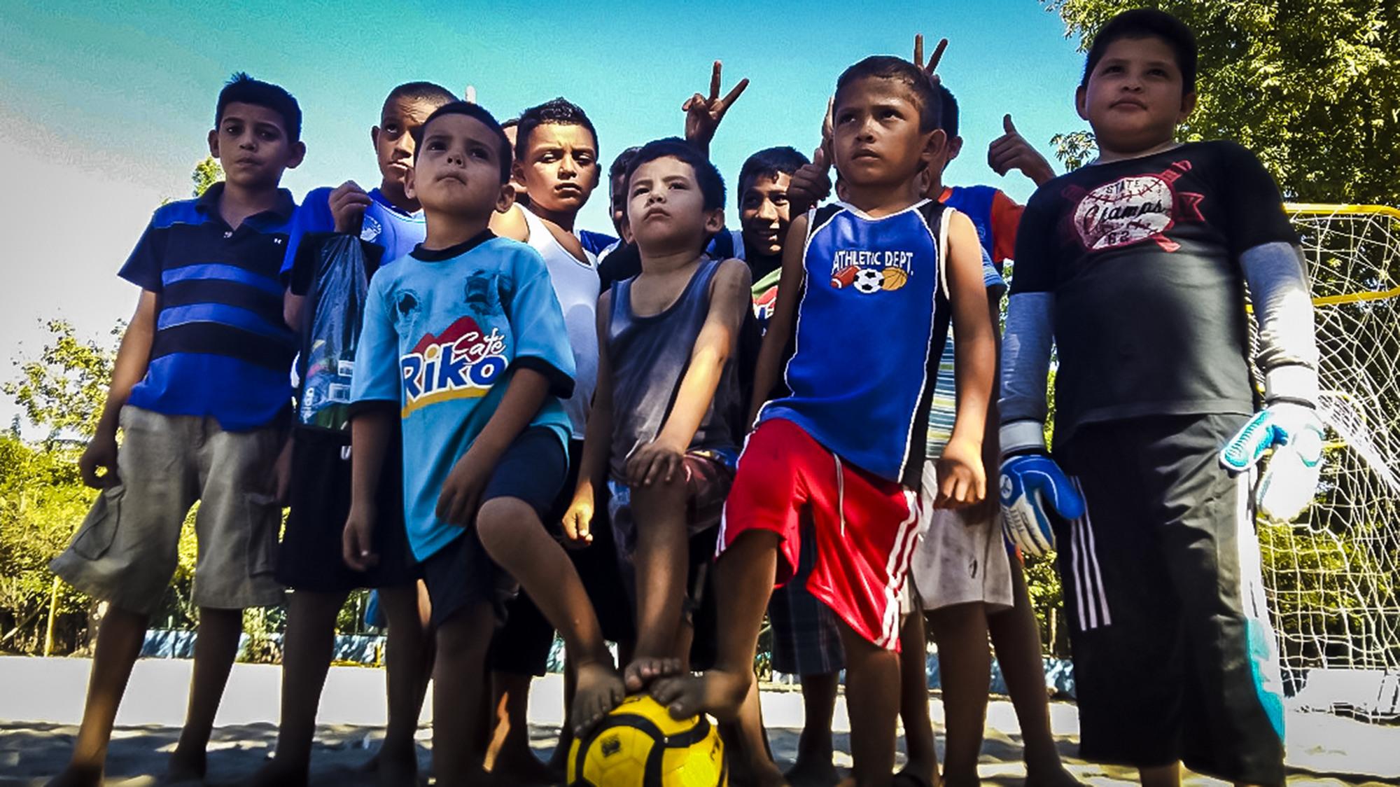 Un grupo de niños residentes en la Isla La Pirraya, cuna de la Selección de Fútbol Playa de El Salvador, forman equipo para poder llegar a ser campeones como lo han sido los pescadores que nos representan en este deporte. Foto FACTUM/Bryan Avelar