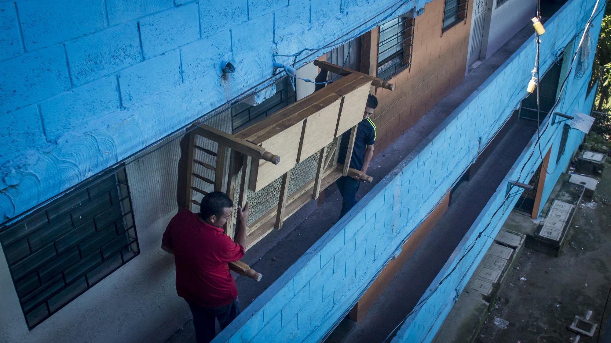 Las escenas de salvadoreños huyendo de sus propias casas a causa de las amenazas de muerte por parte de pandilleros, se hizo común en el 2016. En la imagen una familia carga la armazón de una cama en los Condominios América, en San Jacinto, San Salvador. Foto FACTUM/Salvador MELENDEZ