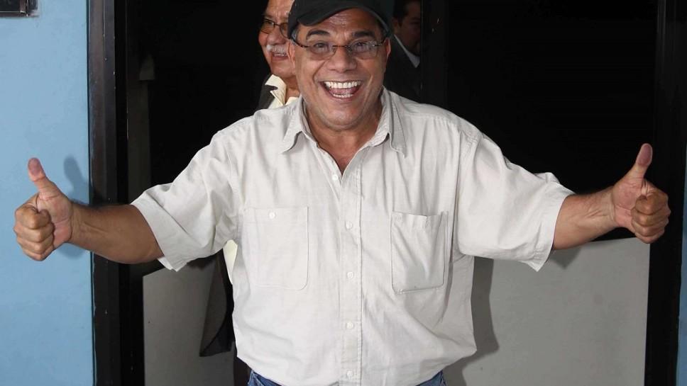 Adan Salazar junto a su abogado defensor Salvador Garcia Dheming durante la intimacion que realizo el Juzgado Decimo de Paz de San Salvador FOTOS BORMAN MARMOL 24 DE ABRIL DE 2014 ---------- a proporcion color