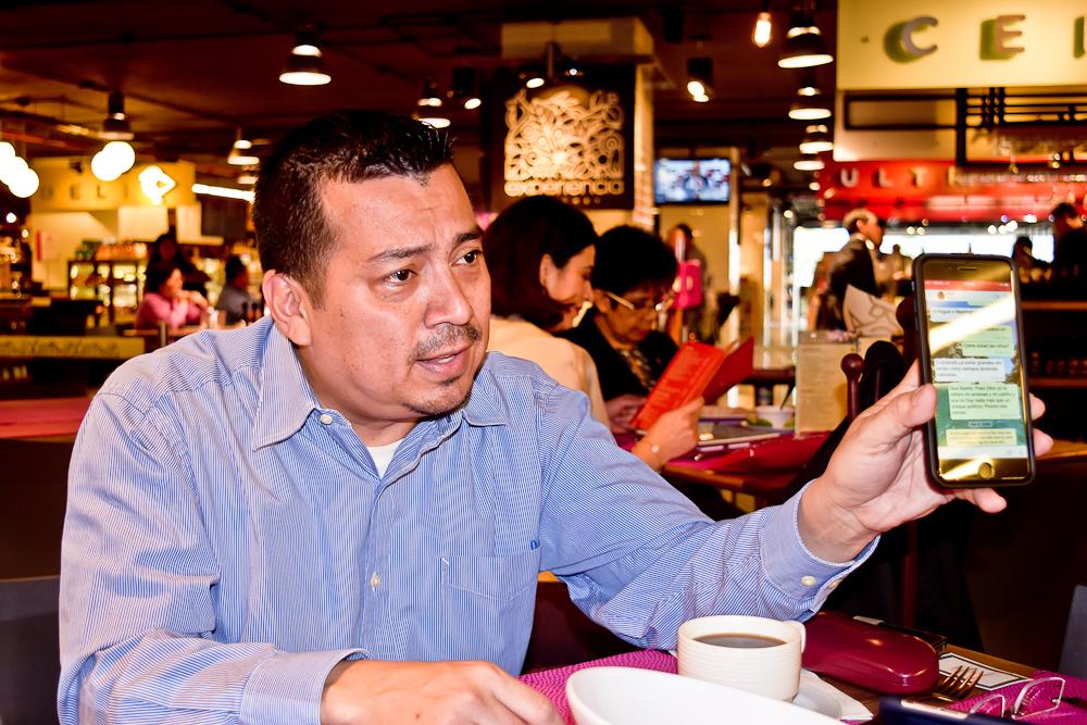 Leonel Flores durante la entrevista con Factum en Ciudad de México. Fotos de Kicking Bird.