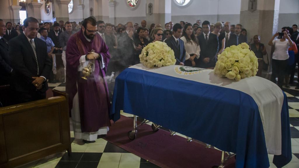 El 1 de Febrero de 2016, en la Basílica de Nuestra Señora de Guadalupe en San Salvador, se oficiaba la misa de cuerpo presente del ex presidente Francisco Flores (1999-2004), quién estaba siendo procesado por corrupción durante su mandato. Foto FACTUM/Salvador MELENDEZ