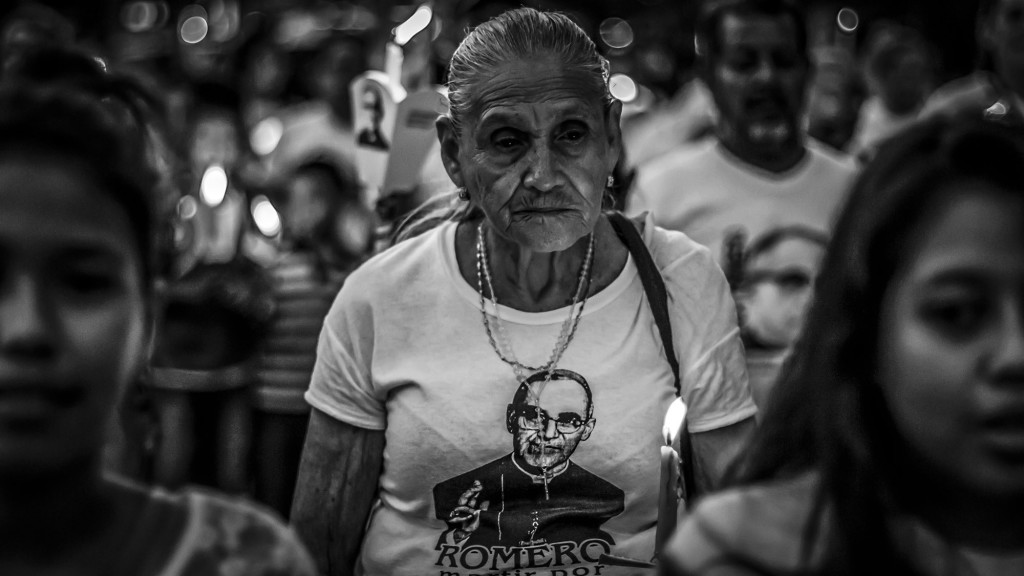 Una anciana acompaña la Procesión de La Luz, durante el recorrido sobre la Alameda Roosevelt, el 22 de marzo de 2016, en San Salvador. FACTUM retrató el espiritu del salvadoreño a un año de la Beatificación de Oscar Arnulfo Romero, declarado Beato por el Vaticano en el 2015. Foto FACTUM/Salvador MELENDEZ