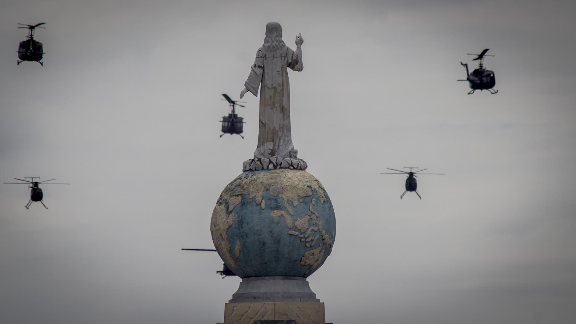 El monumento del Divino Salvador del Mundo en San Salvador, es rodeado por un grupo de helicopteros UH-1H, durante la fiesta de Independencia del 15 de Septiembre. Muchos lectores de FACTUM coincidian en que el significado de la imagen les recordaba la época de la guerra de los ochentas en El Salvador. Foto FACTUM/Salvador MELENDEZ