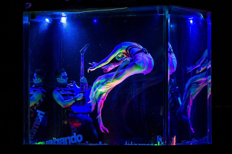 """""""Hombre al agua"""". """"De Música Ligera"""". """"Primavera Cero"""". Foto de Nancy Martínez. Prensa Soda Stereo SEP7IMO DIA by Cirque du Soleil."""