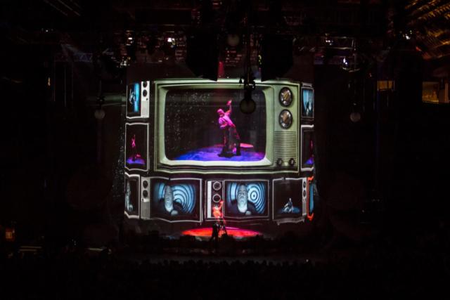 """""""Sobredosis de TV"""". Foto de Rodrigo Alonso. Prensa Soda Stereo SEP7IMO DIA by Cirque du Soleil."""