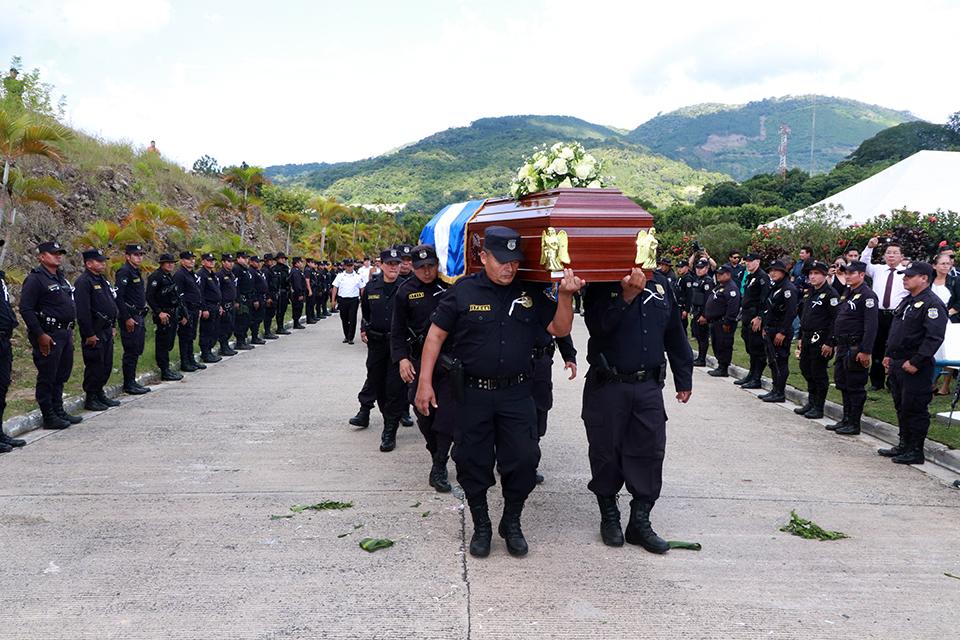 Cien policías para cuidar el ataúd de Carla Ayala