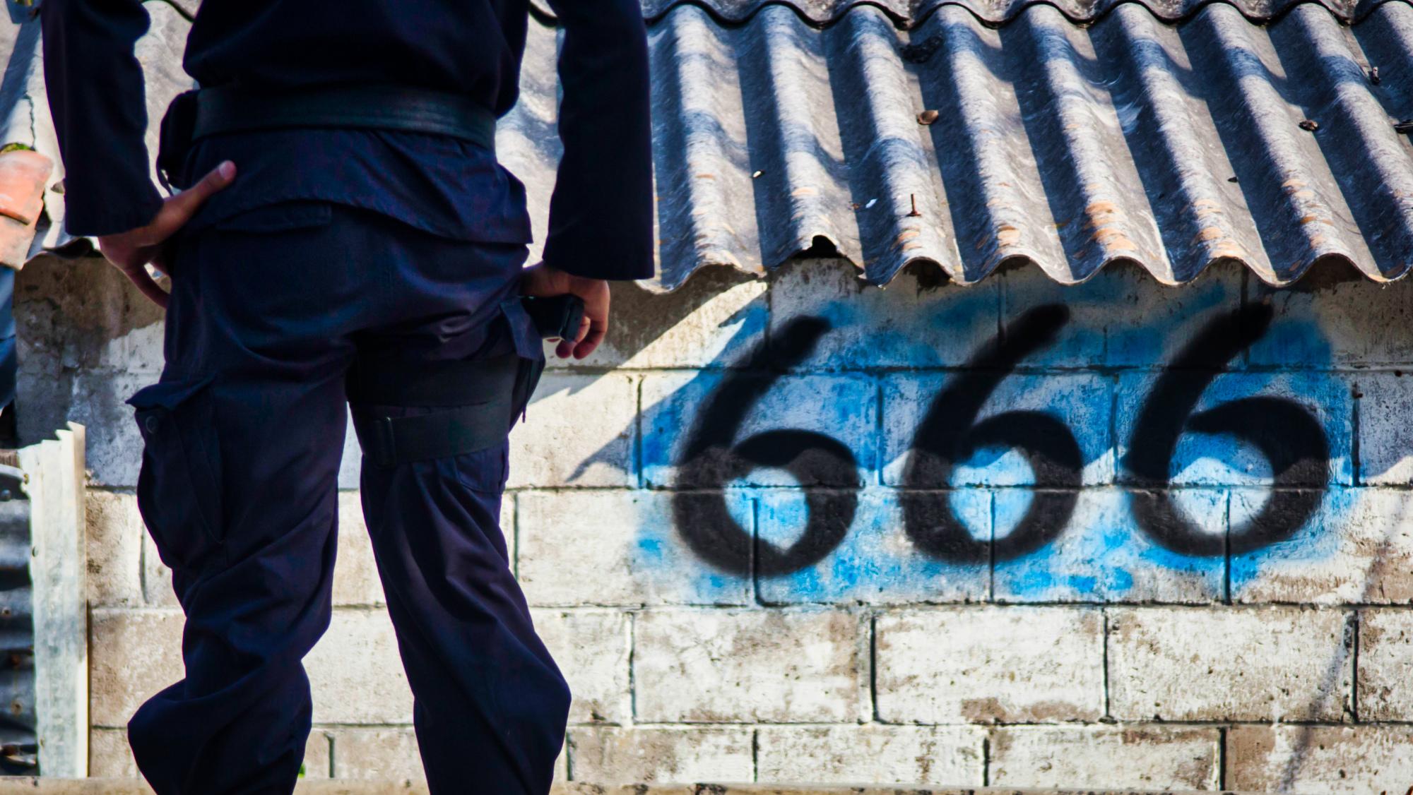 Un policía intenta vencer al Barrio 18 antes de huir
