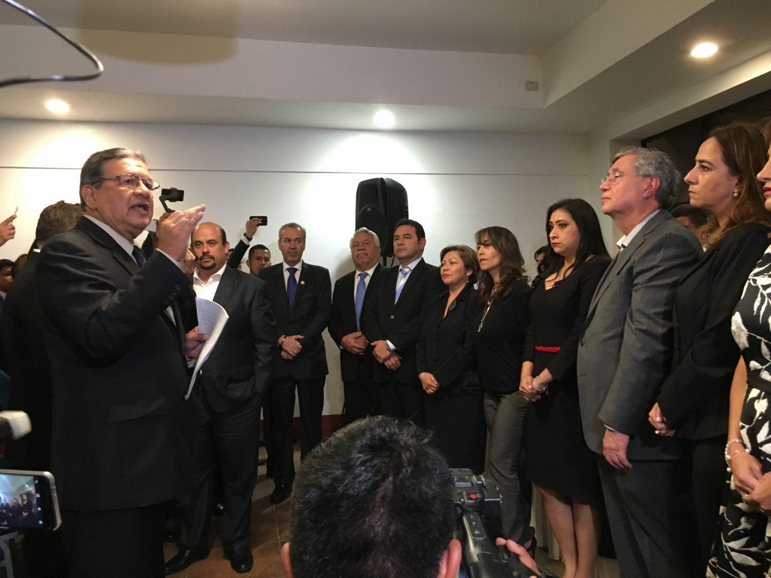 La tortuosa juramentación de Jimmy Morales en el Parlacen