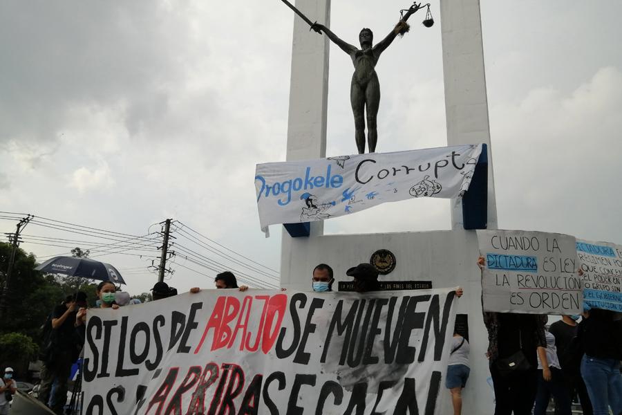 La lluvia no apagó la protesta contra Bukele