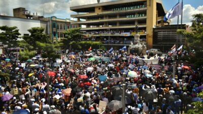 Una masiva marcha se independizó de Bukele