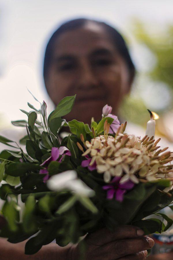 Una mujer participa en el funeral de los restos de sus familiares que fueron asesinados durante un operativo militar ocurrido en 1981. La ceremonia se realizó en el cementerio de Cacaopera, Morazán, el 15 de Agosto de 2021. Foto: José Cabezas.