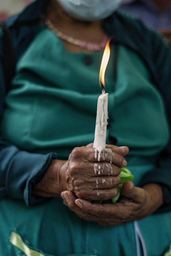 La conmemoración de la vida que le fue arrebatada a los miembros de la familia Luna convocó a distintas personas del cantón El Tablón, en Cacaopera, Morazán. Foto: José Cabezas.