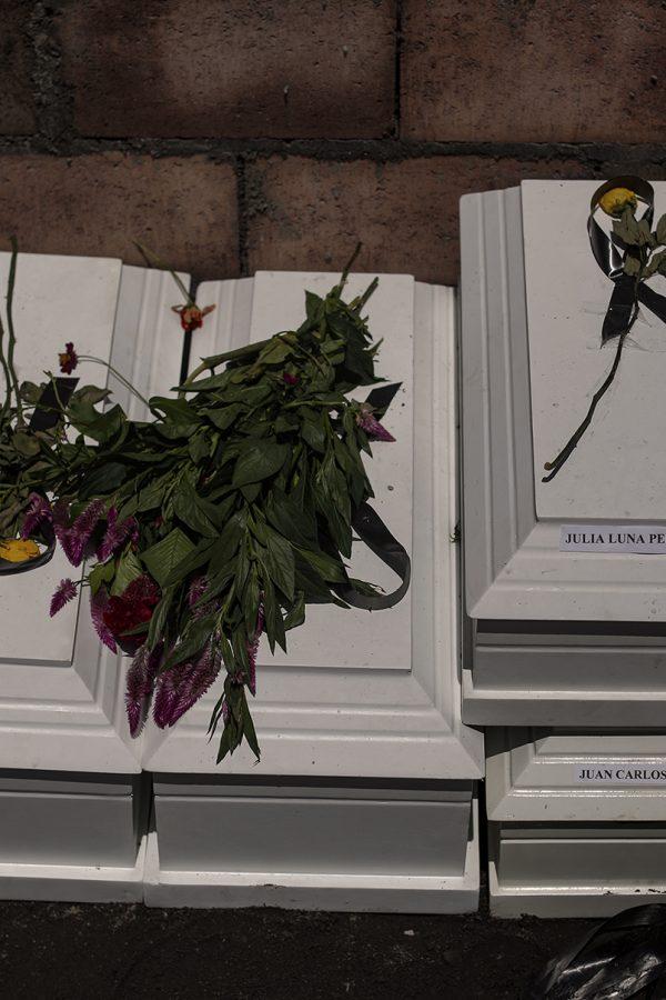 Previo a ser enterrados en el cementerio de Cacaopera, Morazán, los restos de cuatro de los ocho miembros de la familia Luna fueron vistos dentro del nicho familiar. Las víctimas fueron asesinadas durante un operativo militar ocurrido en 1981. Foto: José Cabezas.