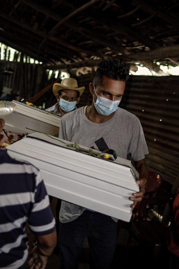 Miembros de la familia Luna cargaron los ataúdes de sus familiares para trasladarlos luego al cementerio de Cacaopera, en Morazán. El 15 de Agosto de 2021 pudieron, por fin, velar y enterrar a las víctimas de la masacre ocurrida cuarenta años atrás. Foto: José Cabezas.